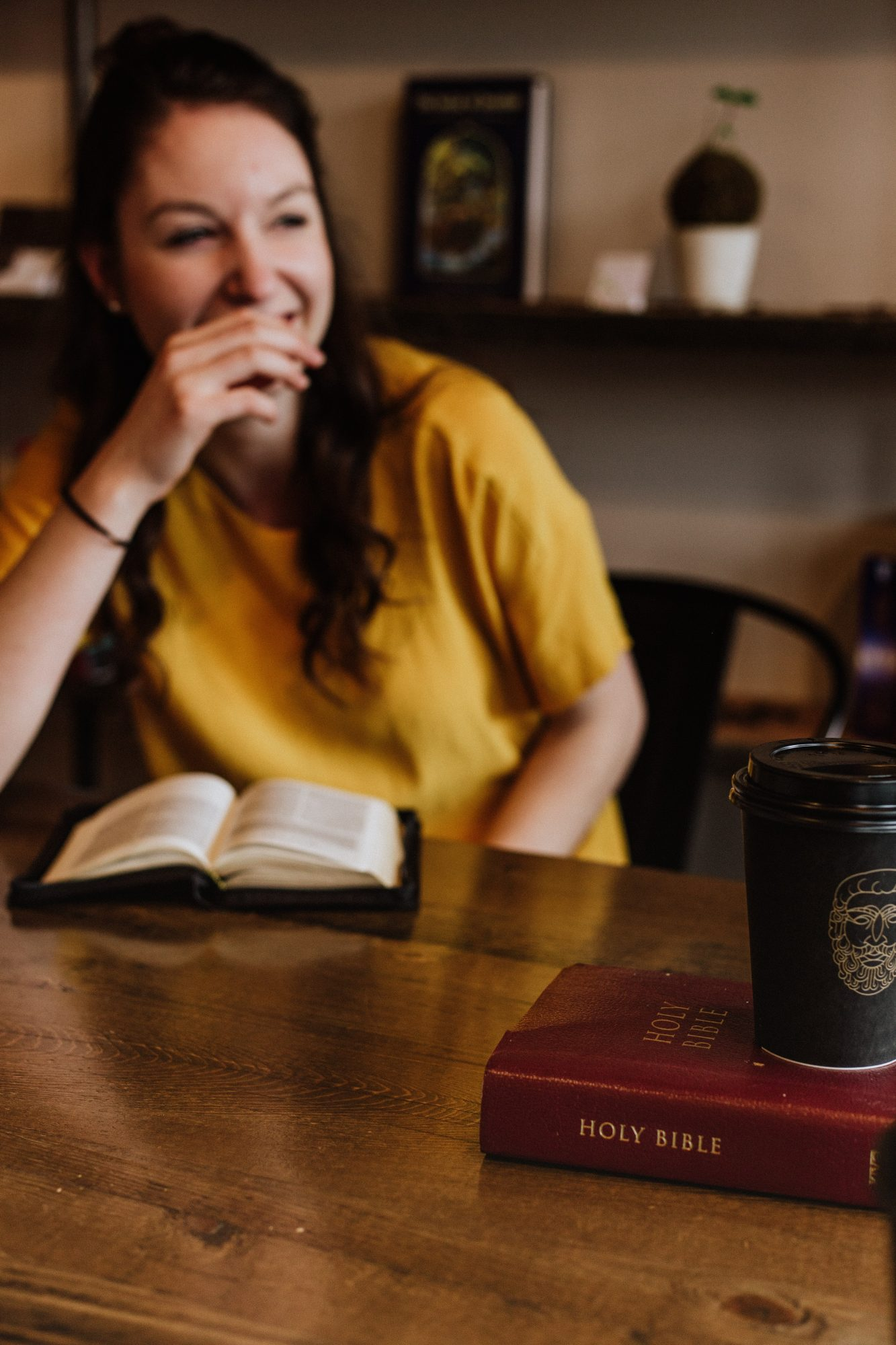 Frau mit Bibel und Kaffee